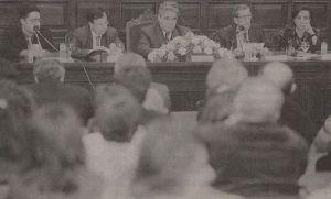 """13 de marzu de 2001, nel Aula Magna de la Universidá d'Uviéu. Presentación de la """"Antoloxía asturiano-rusa"""". D'izquierda a derecha, Humberto Gonzali, Francisco Javier Fernández Vallina (entós conseyeru de Cultura), Boris Grigorievich Mayorskiy (embaxador de Rusia), Federico González-Fierro Botas, y Mercedes Álvarez (daquella conceyala de Cultura en Xixón)"""